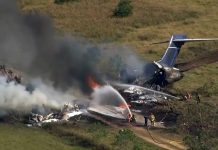 Una avioneta con 21 personas a bordo se precipitó a tierra y se incendió este martes cerca de la ciudad estadounidense de Houston, en Texas.
