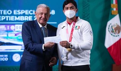 presidente entrega estímulos económicos a deportistas olímpicos